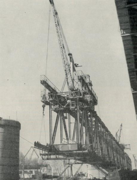 Работа крана УМК-2 при навесном монтаже моста - stroyone.com