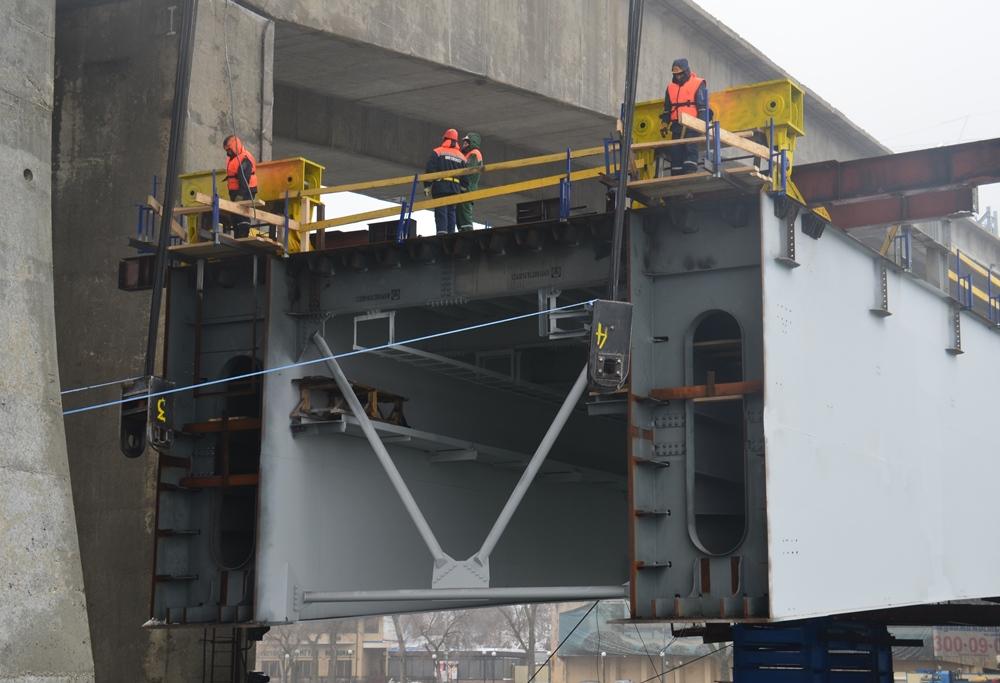 Подъём пролетного строения монтажными устройствами по технологии Heavy Lifting - stroyone.com