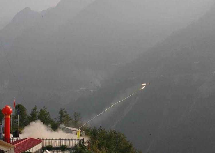 Запуск ракеты с тросом при строительстве моста