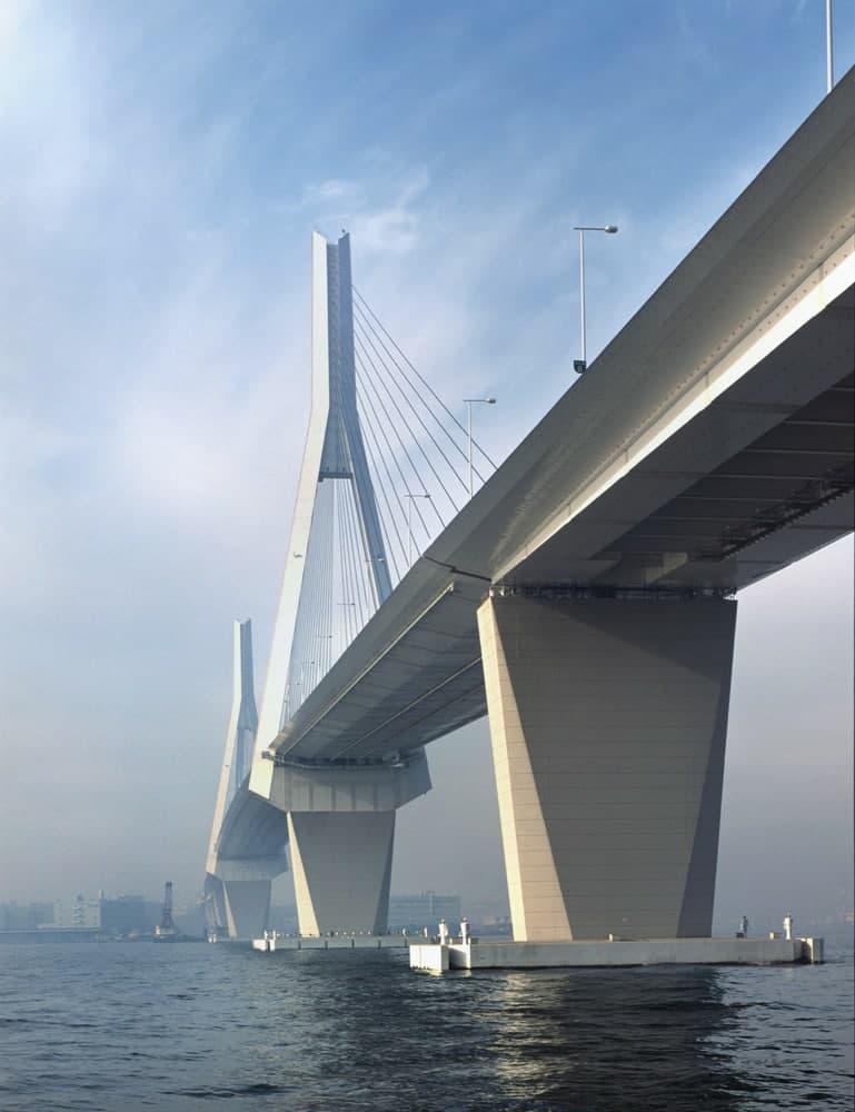 Ширина пролетного строения Tsurumi Tsubasa Bridge - 38 м